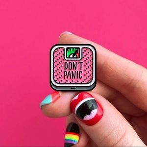 """🆕 Pink Scale says """"Don't Panic"""" Enamel Pin Brooch"""
